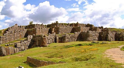 The walls of Sacsaywaman - one of the largest mysteries of the andes
